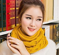 rombo de la moda de las mujeres tejiendo bufandas calientes