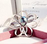 broche de pérolas com marca de luxo minimalista