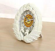 (Couleur aléatoire) de restauration anciennes façons le cygne embrasser l'horloge de chambre réveil