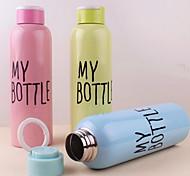 De camada única de aço inoxidável garrafa portátil de 500ml com estilingue (cor aleatória)