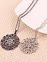 European and American vintage hollow flower necklace (random color)